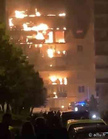 Un immeuble totalement embrasé à Sainte-Foy les Lyon, des dizaines de pompiers sur place - actu.fr