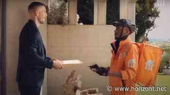 EM-Kampagne: Lukas Podolski lässt sich von Lieferando beliefern