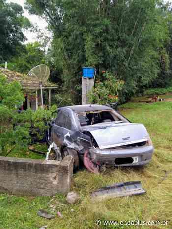 Carro derruba muro de residência em Turvo - Engeplus
