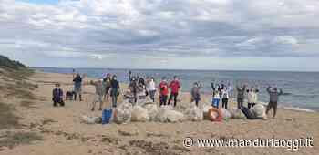 MANDURIA - Un gruppo di volontari, guidato da Vittorio Perrucci, ha pulito il tratto di spiaggia compreso la zona del Chidro e San Pietro in Bevagna - ManduriaOggi