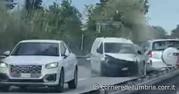 Contromano sulla Foligno-Civitanova per due chilometri, poi si schianta: quattro feriti | Video - Corriere dell'Umbria