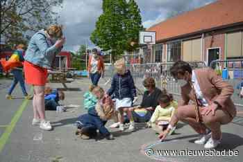 Leerlingen tekenen regenbogen met stoepkrijt, voorlopig geen... (Laarne) - Het Nieuwsblad