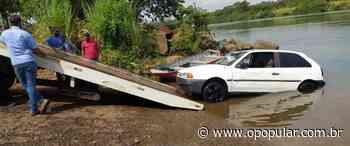 Bombeiros retiram carro de rio em Itumbiara e dono diz que perdeu controle da direção - O Popular