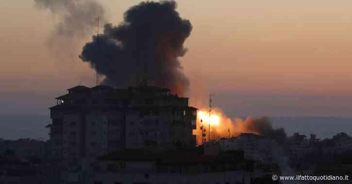 """Israele bombarda a Gaza il grattacielo sede di al-Jazeera e Associated Press: """"È nascondiglio di Hamas"""". Colpito campo profughi: morti bambini"""