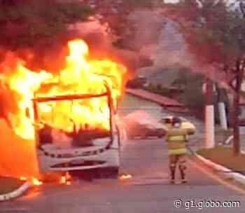 Ônibus pega fogo em Itatiaia - G1