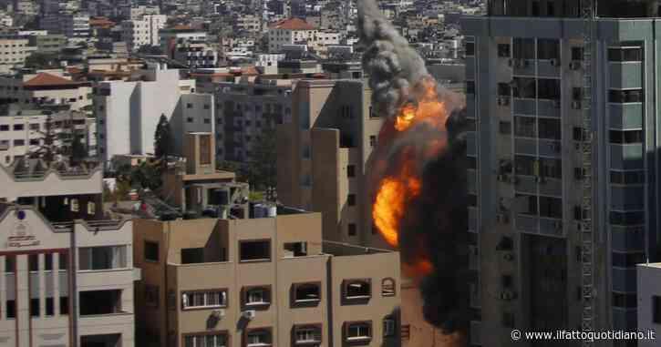 """Israele bombarda a Gaza il grattacielo sede di al-Jazeera e Associated Press. Giornalisti: """"Lavoriamo dall'ospedale"""". """"Siamo inorriditi"""". Casa Bianca: """"Sicurezza media è responsabilità essenziale"""""""
