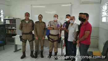 Policiais militares de Itamaraju recebem celulares doados CDL e Sindcomércio - - PrimeiroJornal