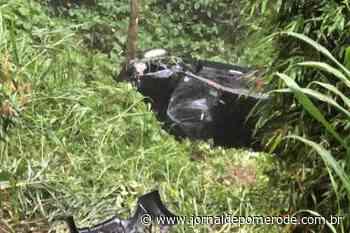 Carro cai cerca de 30 metros, em ribanceira, na serra que liga Pomerode a Jaraguá do Sul - Jornal de Pomerode