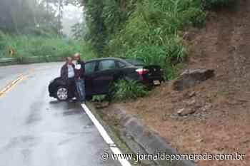 Carro sai da pista, na Serra de Jaraguá - Jornal de Pomerode