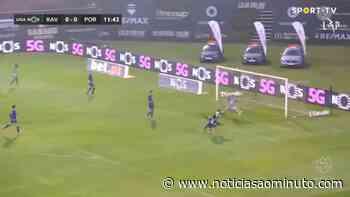 Carlos Mané caiu na grande área do FC Porto e pediu penálti neste lance - Notícias ao Minuto