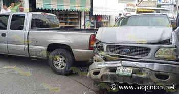 Fuerte choque entre dos camionetas en Cerro Azul - La Opinión
