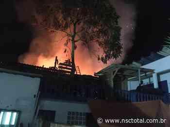 Incêndio destrói empresa em Itapema; bombeiros tentam evitar que fogo atinja casas vizinhas   NSC To - NSC Total
