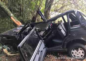 Veículo fica destruído após acidente da ERS 324 em Marau - Rádio Studio 87.7 FM   Studio TV   Veranópolis