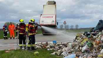 Feuerwehreinsatz: Mülllaster fängt nahe Altentreptow Feuer | Nordkurier.de - Nordkurier