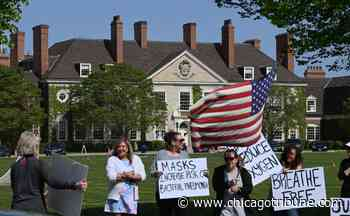 Demonstrators in Lake Forest call for total end to wearing masks and COVID-19 vaccines - Chicago Tribune