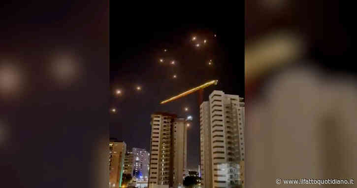 Israele, pioggia di razzi di Hamas nella notte sulla città di Ashdod: entra in funzione l'Iron Dome – Video