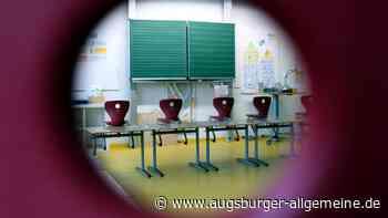 Jugendliche spielen nachts Fangen und Verstecken in Neu-Ulmer Schule