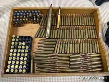 Deic apreende fuzil, submetralhadoras e munições dentro de casa em Jarinu - G1