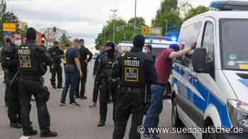 Rostock-Anhänger blockieren A9 und feiern auf der Fahrbahn - Süddeutsche Zeitung