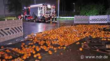 Neu Wulmstorf: Sechs Tonnen Orangen überschwemmen Straße - NDR.de