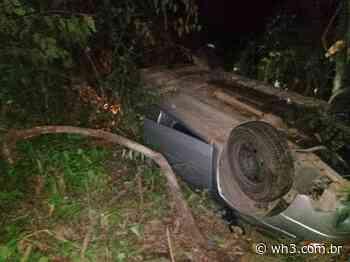 Tombamento de automóvel causa lesões em quatro pessoas, em Palmitos - WH3