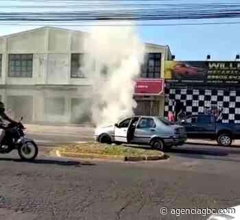 SUSTO EM SAPUCAIA DO SUL: Fiat Siena pega fogo - Agência GBC