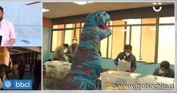 Hombre fue a sufragar disfrazado de dinosaurio en Ñuñoa y causó furor entre los votantes - BioBioChile