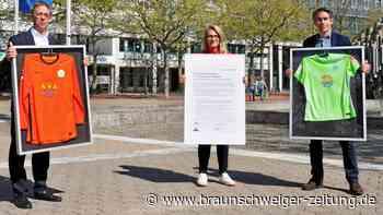 Woche der Vielfalt: VfL-Regenbogentrikots hängen nun in der Bürgerhalle des Rathauses