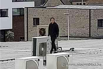 Politie zoekt man die op dak van Spar winkel loopt in Kortessem