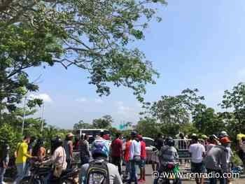 Manifestantes bloquearon la vía principal del municipio de Turbaco, Bolívar - RCN Radio