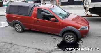 Ruiz Cortines. Cae auto sobre socavón con fuga de agua en Guadalupe - Telediario Monterrey