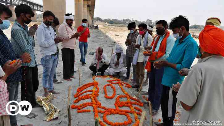 India: More corpses found washed up on Ganges River banks - DW (English)