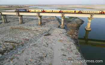 COVID-19 victims dumped in Ganges - 台北時報