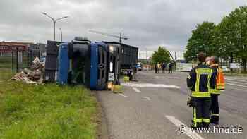 Mülllaster kippt in Kurve in Bebra um - Fahrer verletzt, Heißgetränke für die Retter - HNA.de