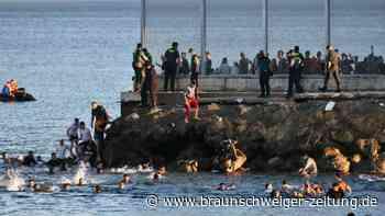 Migration: Tausende Migranten schwimmen von Marokko nach Europa