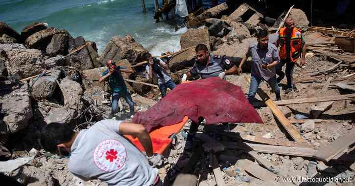 """Gaza, missili e raid nella notte: Israele abbatte l'unico laboratorio Covid della Striscia. Usa: """"Tel Aviv giustifichi distruzione Media tower"""""""