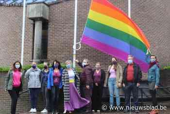 Regenboogvlag wappert hele week aan het gemeentehuis