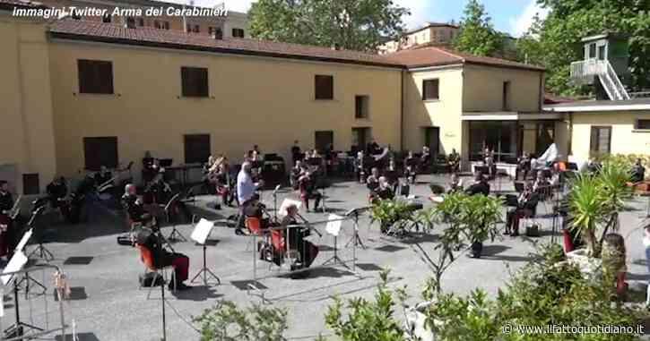 Franco Battiato morto, l'emozionante omaggio dell'Arma dei carabinieri: suonano un pezzo di un suo brano