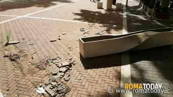 """Don Bosco, vandalizzato il """"salotto urbano"""" di via Flavio Stilicone: """"Non ci facciamo scoraggiare"""""""