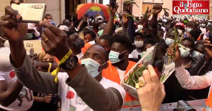 """Roma, i lavoratori """"invisibili"""" sotto Montecitorio. Soumahoro a Draghi: """"Come pensi di ricostruire l'Italia con gli schiavi e il sangue nei cantieri?"""""""