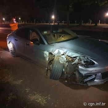 Condutor abandona Porsche após colisão na BR-376, em Marialva - CGN