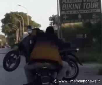 Giugliano, assurdo a Lago Patria: extracomunitari trasportano uno scooter a bordo di uno scooter - Il Meridiano News