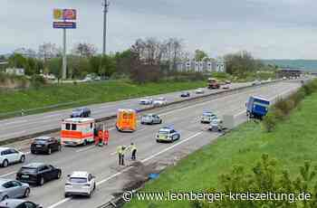 Unfall auf der A 8 bei Rutesheim: Renault prallt gegen einen Lastwagen - Rutesheim - Leonberger Kreiszeitung