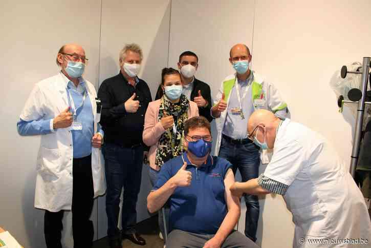 Burgemeester krijgt eerste coronaprik en roept zijn burgers op om hetzelfde te doen