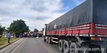 Comerciantes de Bom Jesus da Lapa bloqueiam trecho da BR-430 em protesto por reabertura do comércio - Voz da Bahia