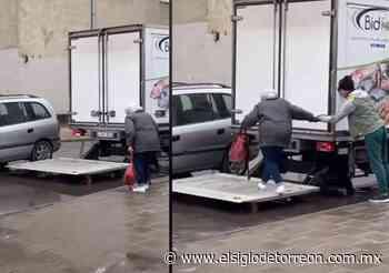 Conductor ayuda a anciana a evitar un charco de agua - El Siglo de Torreón