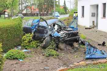 Unfall in Stemwede: 24-jähriger Fahrer kommt von Straße ab – Polizei lässt eine Blutprobe entnehmen: Auto landet demoliert im Garten - Westfalen-Blatt
