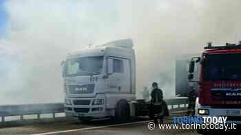 Incidente in tangenziale a Trofarello: camion prende improvvisamente fuoco. Autista sotto shock ma illeso - TorinoToday