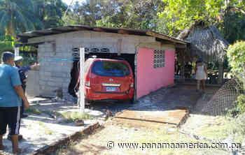 Pierde el control en curva de Guarumal y auto queda incrustado en casa - Panamá América