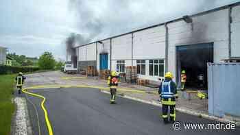 Hoher Sachschaden bei Brand in Produktionshalle in Apolda - MDR